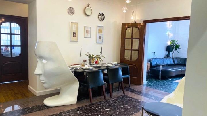 В «Золотом зубе» выставили на продажу квартиру со скульптурами и тренажерами для коррекции фигуры