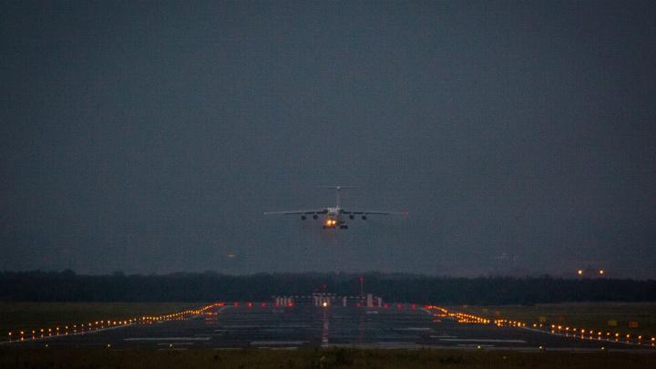 Пассажирский самолет аварийно приземлился в Новосибирске — у него отказал двигатель
