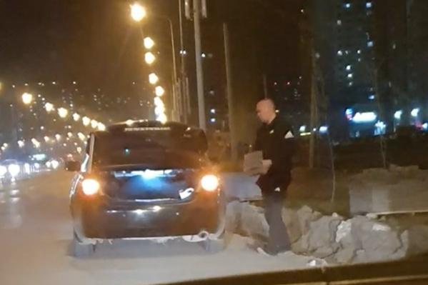 Мужчина не торопясь сложил плитку в автомобиль и увез ее