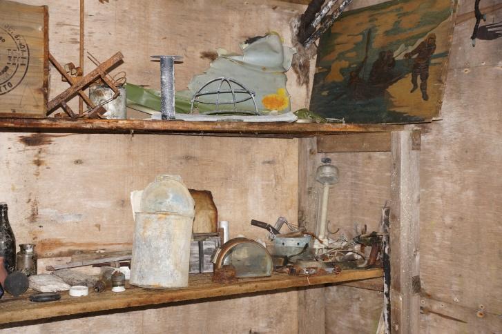 Мелкая утварь и картина в доме полярников
