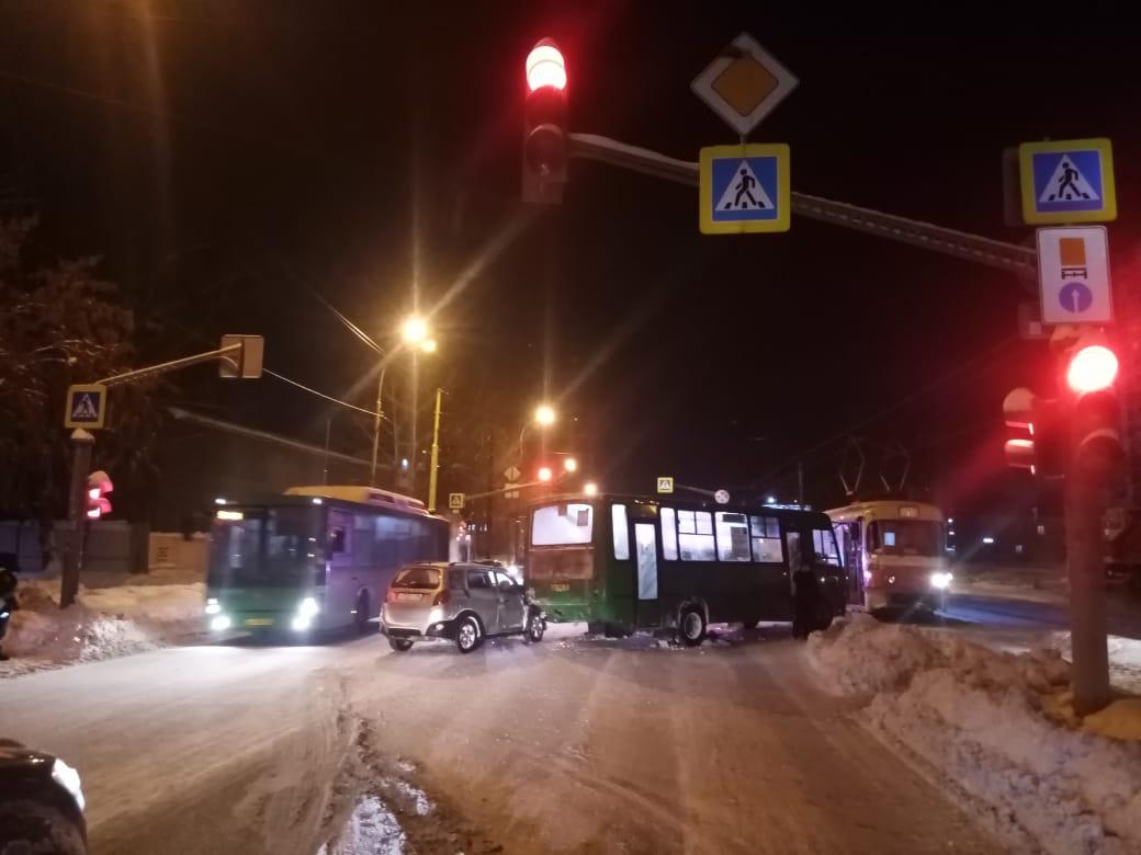 После удара трамвая автобус откинуло на легковушку, которая находилась позади него