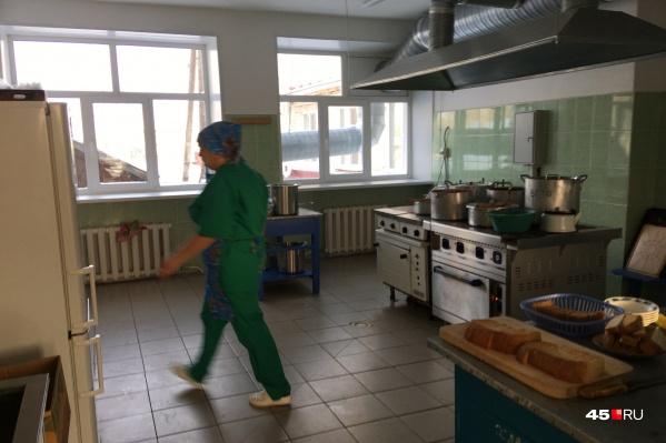 На школьных кухнях Зауралья установлены 16 видеокамер