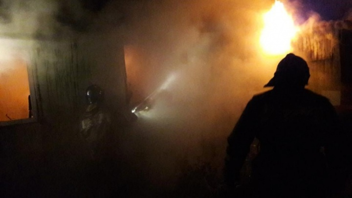В тюменском СНТ дотла сгорели частный дом и машина. Один человек погиб