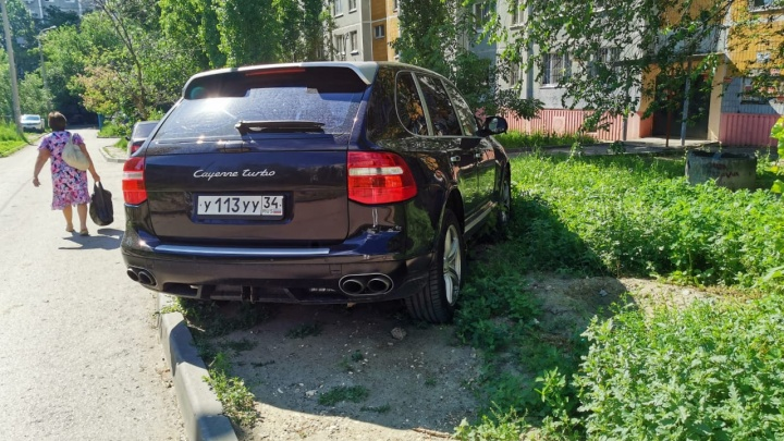 Всё колесами раздавили: автохамы Волгограда уничтожают палисадники во дворах