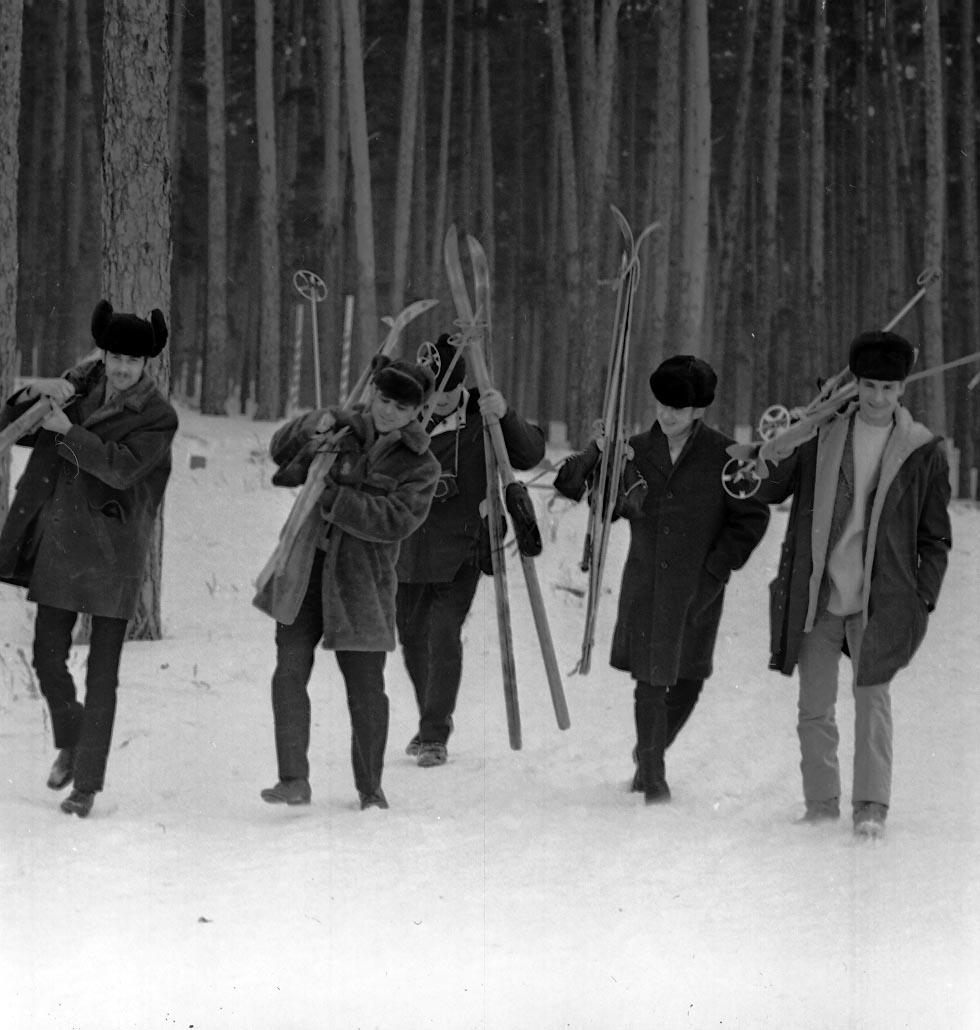 Работники ВАЗа на лыжной прогулке. 1970 год