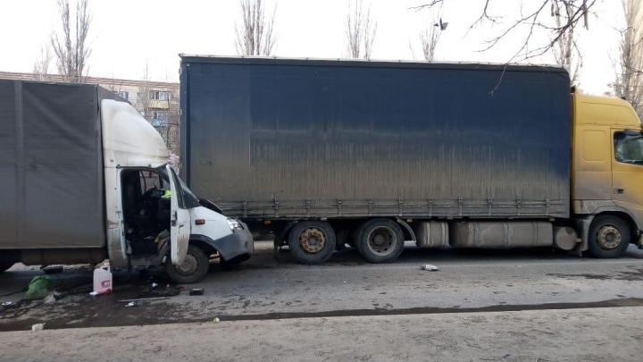 То, что выжил, — просто чудо: в Волгограде «Газель» расплющило об тяжелый грузовик