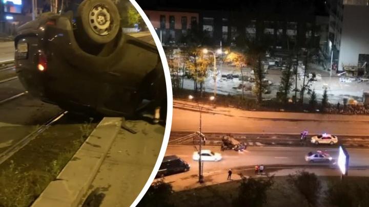 Водитель сбежал: на ЖБИ иномарка перевернулась на трамвайных путях