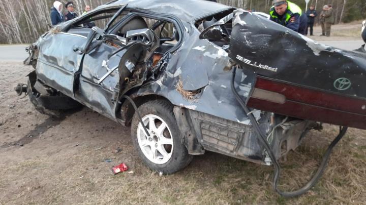 В Свердловской области из-за водителя, который отвлекся и съехал с дороги, погибли две девушки