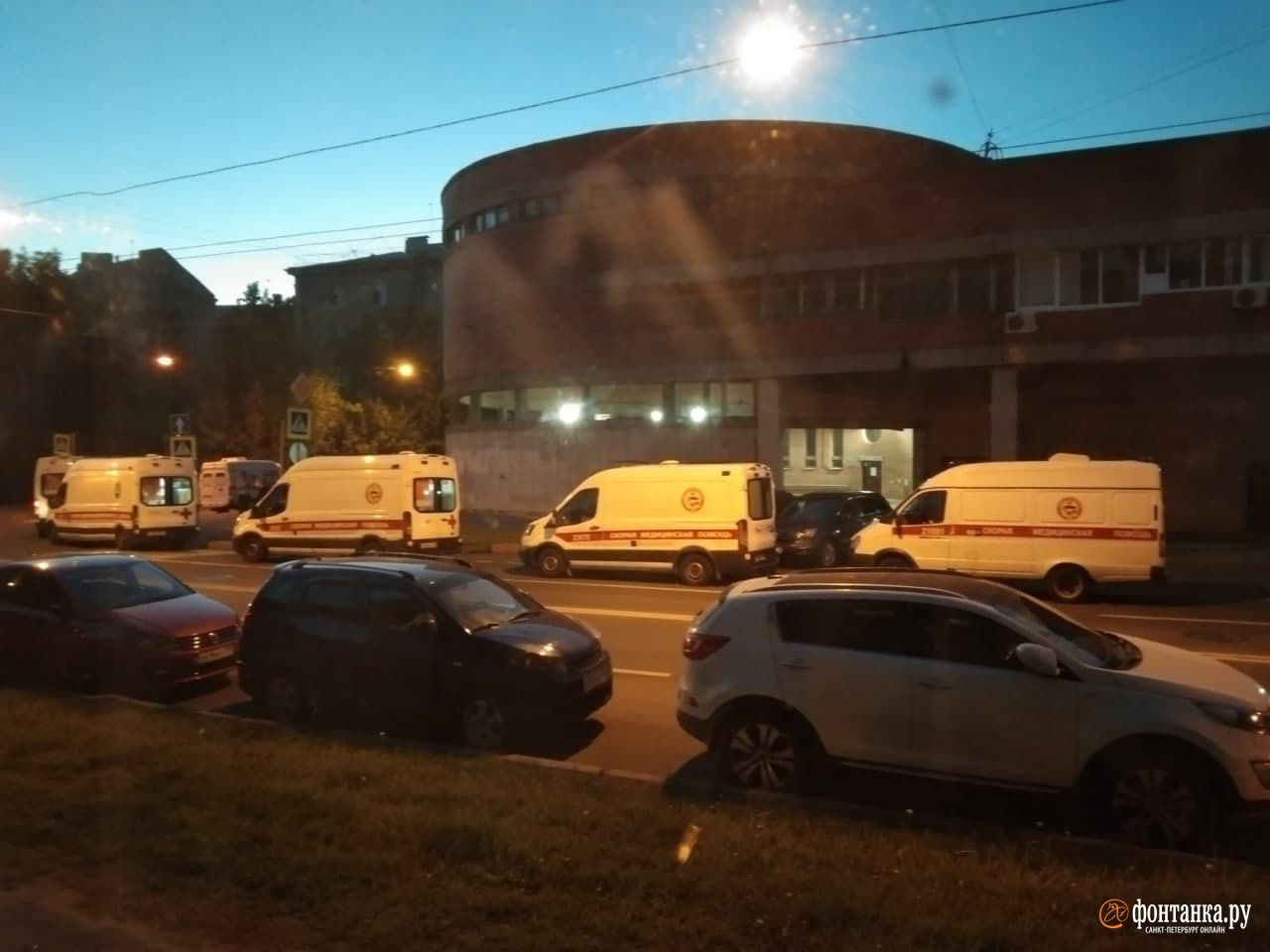 Ждут по 34 часа: в Петербурге очереди из скорых стоят теперь даже по ночам