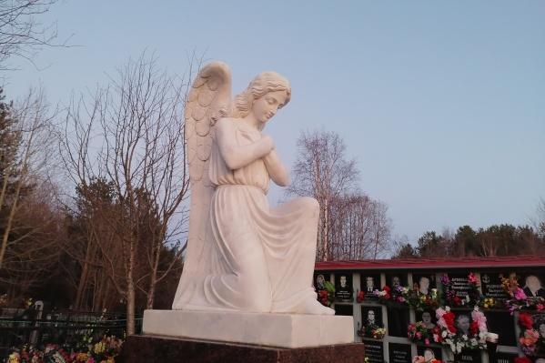 На территории мемориального комплекса есть памятник «Скорбящий ангел» и оборудованные места для отдыха