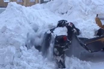 В Норильске погрузчик откопал машину в огромном сугробе
