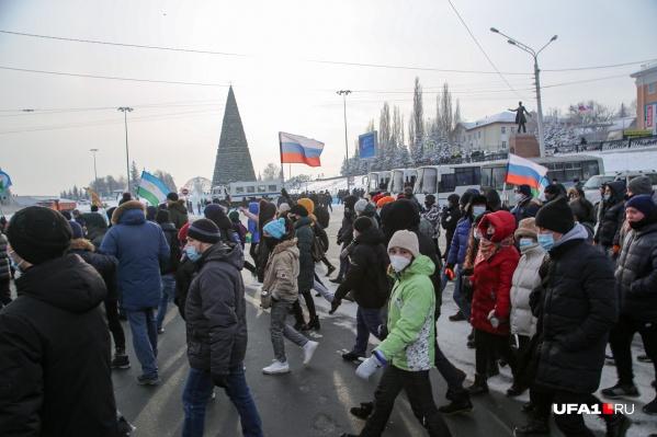 На несогласованный митинг пришли около пяти тысяч человек, говорят наши корреспонденты, которые работают на месте событий