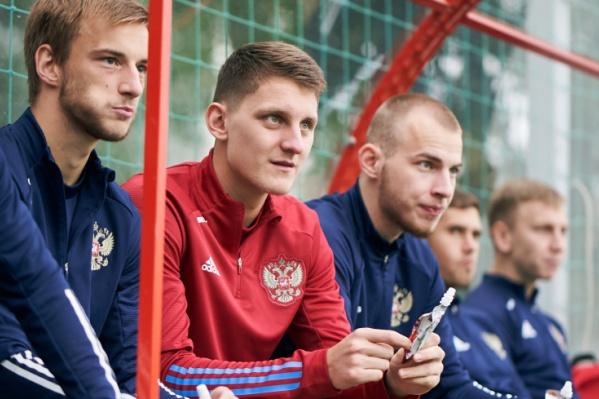 Защитник Игорь Дивеев (на фото — в красном) застолбил место в обороне российской сборной