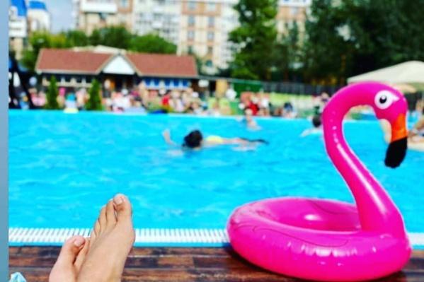 В жаркие летние дни к бассейнам собираются очереди