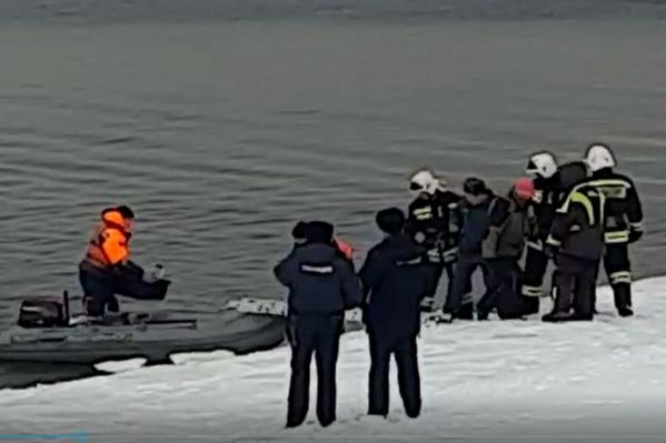 Рыбаков вывезли на берег на моторной лодке