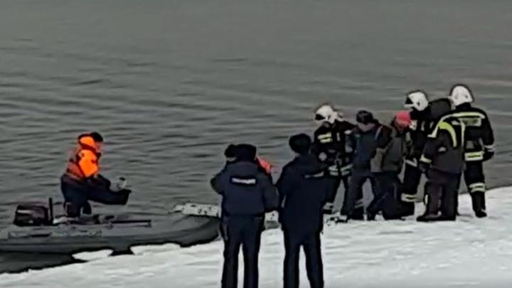 Были в 70 метрах от берега: в Рыбинске двух рыбаков унесло на льдине
