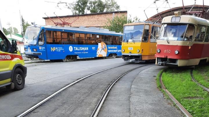 На кольце ВИЗа трамвай сбил женщину-кондуктора