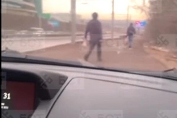 Люди едва успевали отходить с пути несущегося по тротуару авто