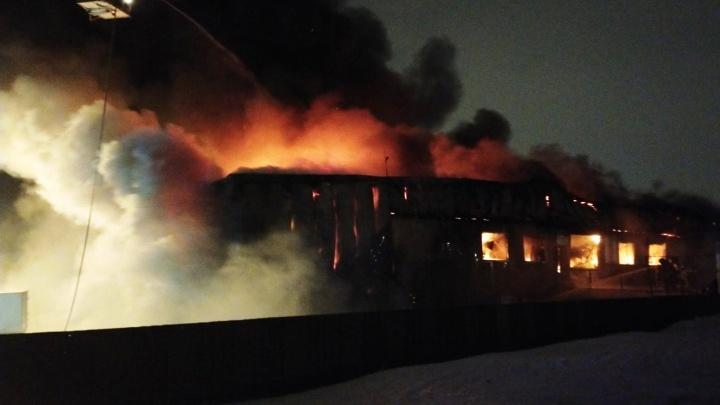 В новогоднюю ночь в Магнитогорске вспыхнул крупный пожар, который тушили более 80 человек