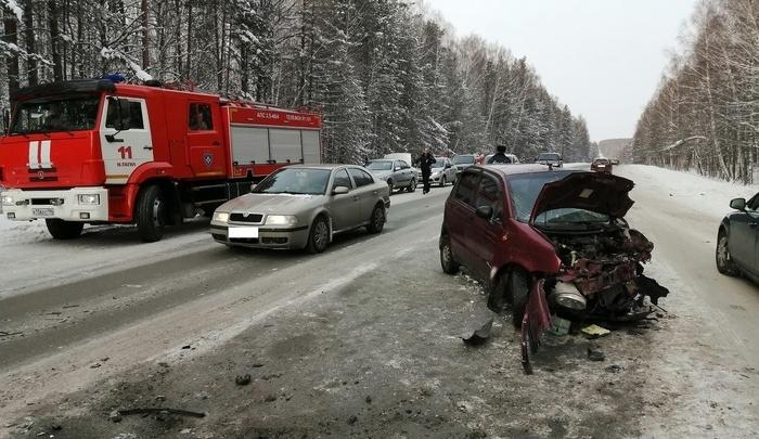 На Свердловской трассе лоб в лоб столкнулись две иномарки. Три человека пострадали