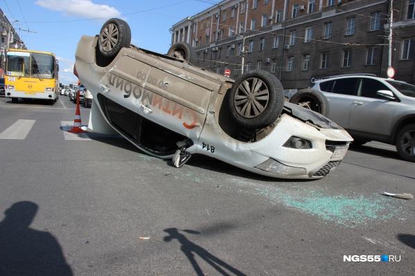 """В сентябре на одном из аварийных участков (Маркса — Масленникова) <a href=""""https://ngs55.ru/text/incidents/2020/09/21/69475003/"""" target=""""_blank"""" class=""""_"""">такси перевернулось</a> после столкновения с Hyundai"""
