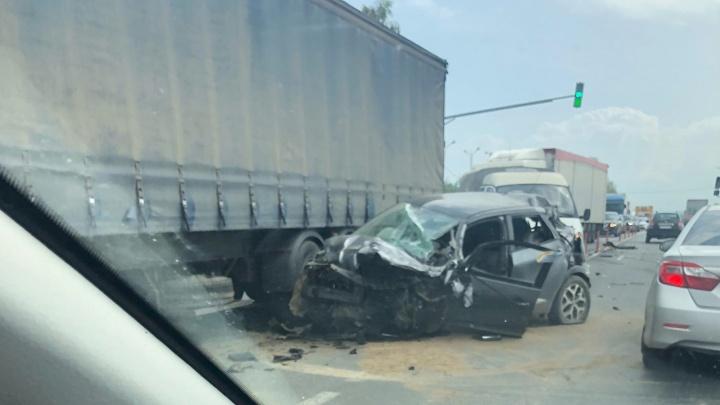 Машины всмятку: на трассе в Ярославской области произошло массовое ДТП. Видео
