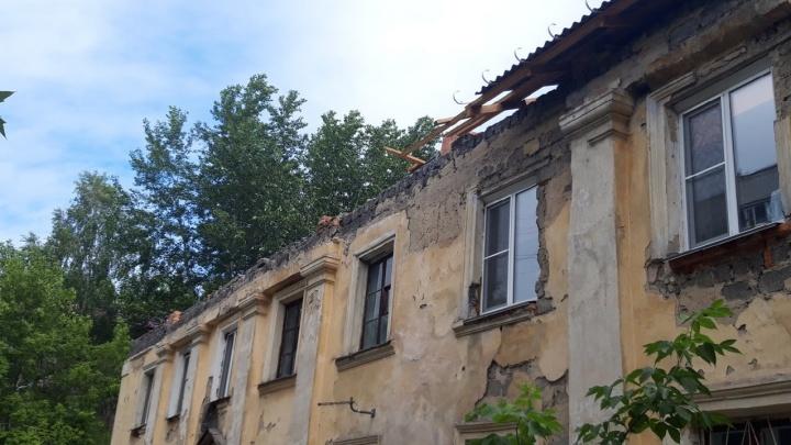 «Один ливень, и потолок упадет нам на головы». Курганцев испугал ремонт, которого они ждали годами
