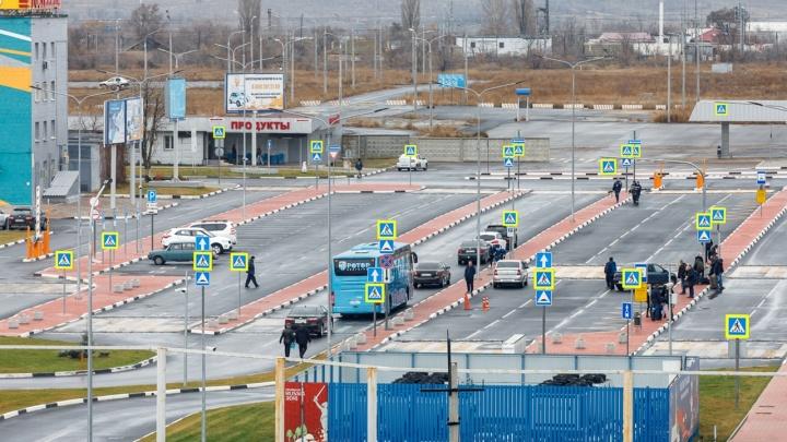 Изнашиваются асфальт и шлагбаумы: волгоградцы возмущены запретом повторного бесплатного въезда в аэропорт