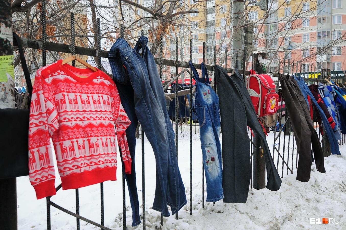 На рынке можно найти винтажную одежду, бытовую технику, книги и украшения