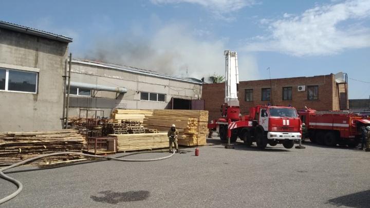 Появилось видео с моментом падения пожарного с высоты