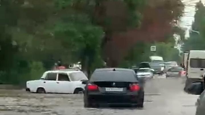Дождем затоплен юг Волгограда. Ливень идет на центр