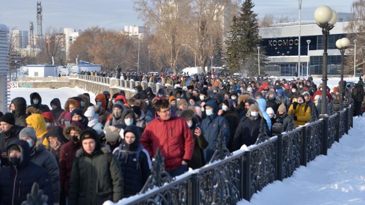 Екатеринбурженку, которая на митинге читала полицейским закон «О полиции», приговорили к обязательным работам