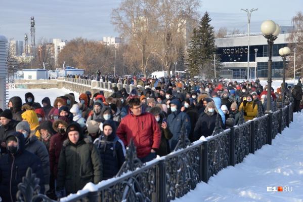 Женщина принимала участие в митинге в поддержку Алексея Навального