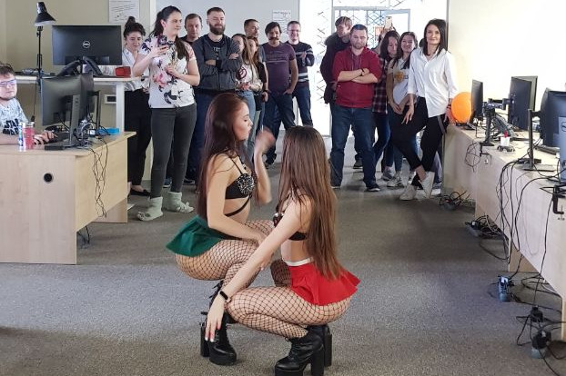 Девушки позвали в офис танцовщиц