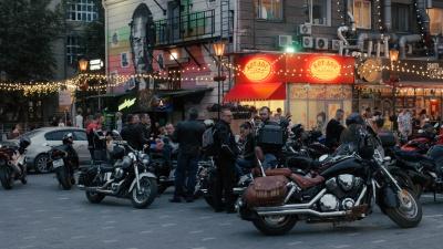 «Вот это у вас мотоцикл!» Репортаж с тусовки за гостиницей «Центральная» — самые крутые байки и их владельцы