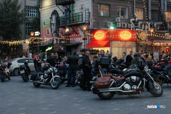 Всё лето в ресторанном дворике тусовались мотоциклисты. Но как только выпадет снег, он опустеет