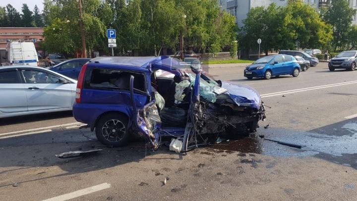 Водитель «Хонды» влетел в столб на Дубровинского. Парень скончался по пути в больницу
