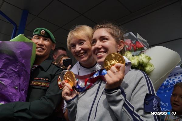 В аэропорту чемпионку встретили близкие и болельщики, а также омские губернатор и мэр