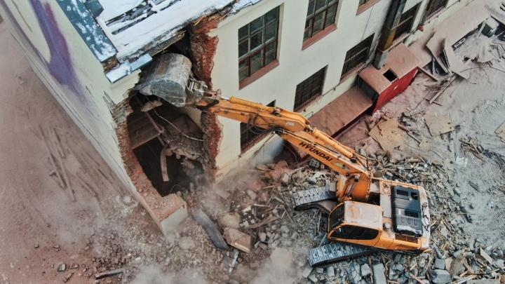 Как сносят здание ПРОМЭКТа: главные фото и видео за день