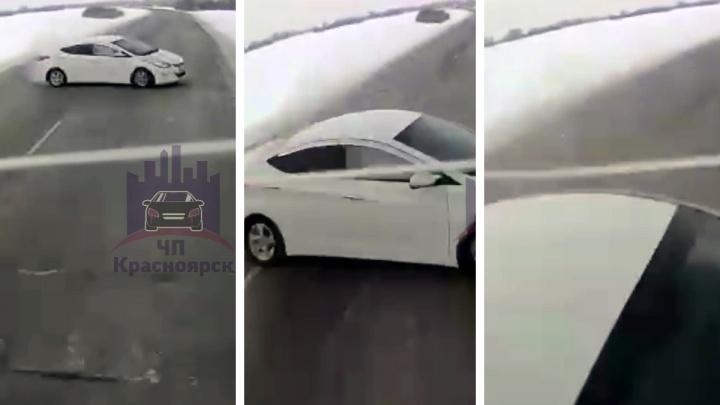 Регистратор фуры снял жуткую аварию — Hyundai с двумя людьми размазало о грузовик