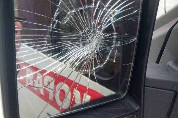 Мужчина разбил у машины скорой помощи зеркало заднего видения со стороны водителя