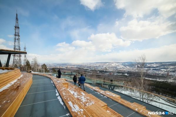 Смотровая площадка открылась в марте и сразу стала центром притяжения туристов