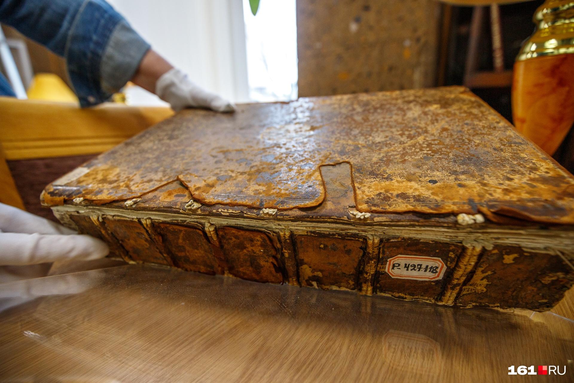 Это старейшая книга в коллекции публичной библиотеки — собрание сочинений Цицерона, изданное в 1538 году. Обложка из натуральной кожи: несмотря на время, сохранилась и она, и страницы