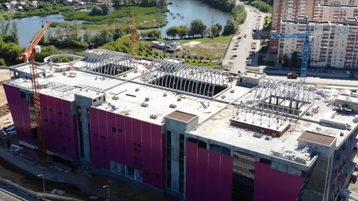 Розовый с куполами: рабочие приступили к отделке торгового центра в Волгаре