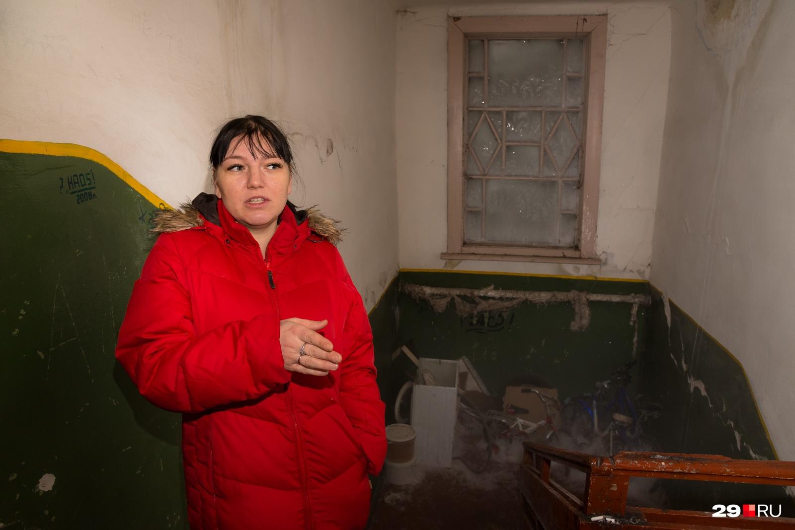 Нам открывает дверь Мария Митькина, мать четверых детей. Она живет тут с 1993 года