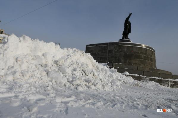 По всему городу кучи снега ждут, пока их вывезут на полигон