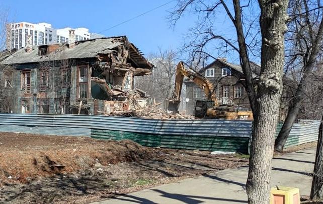 На Уралмаше сносят двухэтажный дом ради строительства квартала с высотками