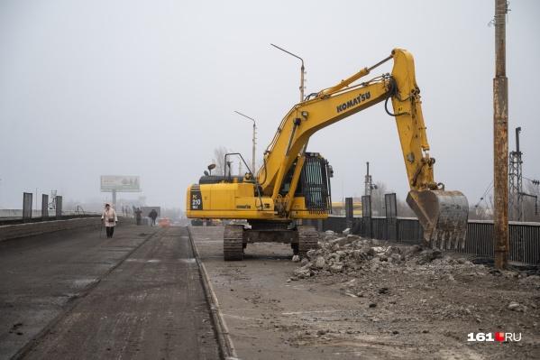Мост закрыли в начале января. После этого город встал в гигантских пробках