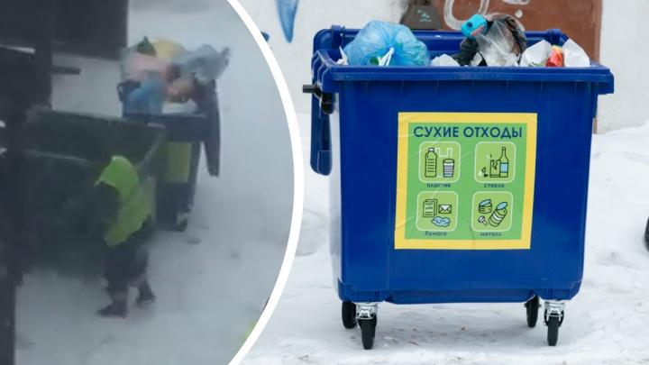 Экоактивисты показали, как в одну машину грузят мусор из обычных и контейнеров для РСО в Архангельске