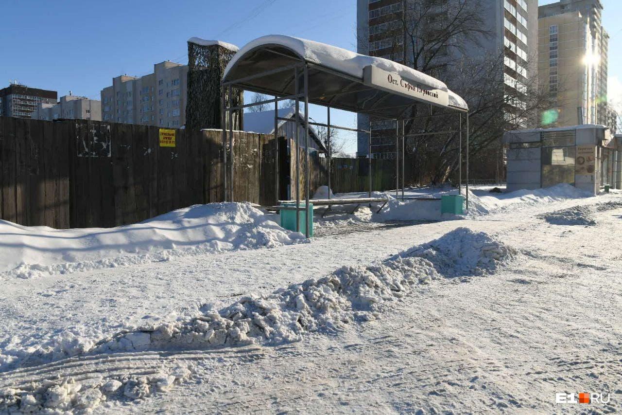 Остановка «Софьи Перовской» на Новой Сортировке. Сама она почищена, но к ней сложно подойти